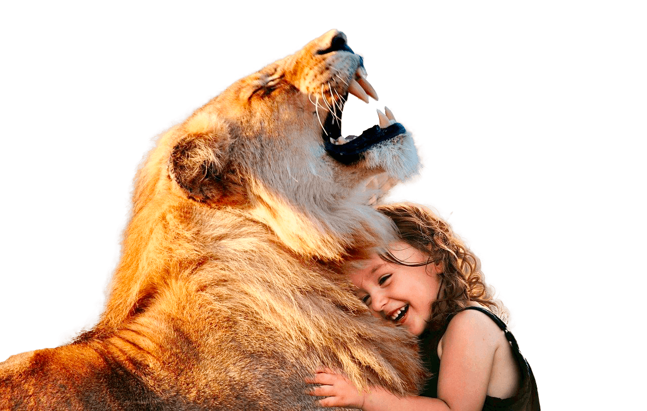 León y niña juntos sonríen