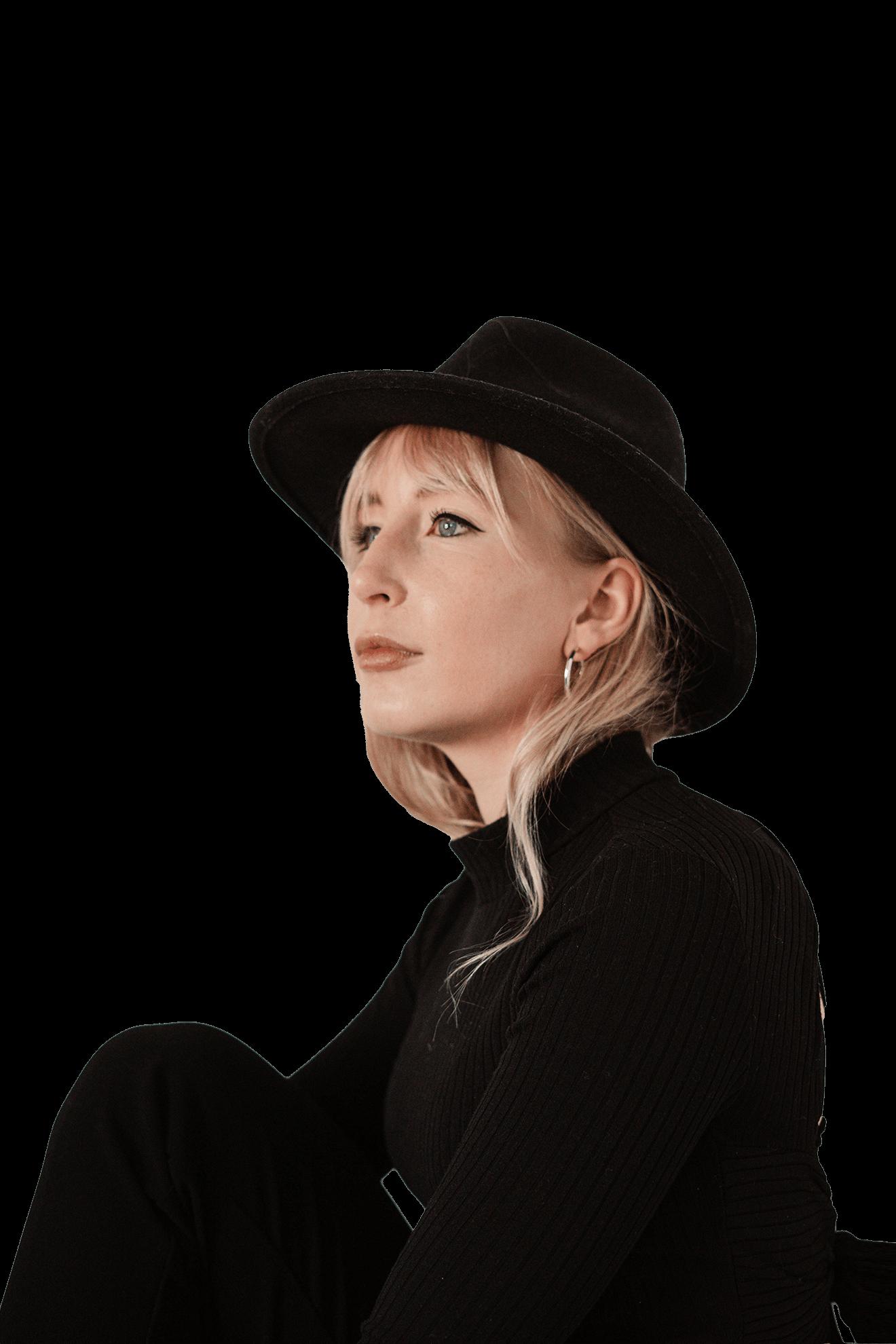 Modelo rubia sombrero y vestido negro