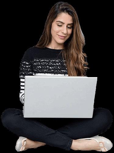 Mujer en el piso trabajando en laptop
