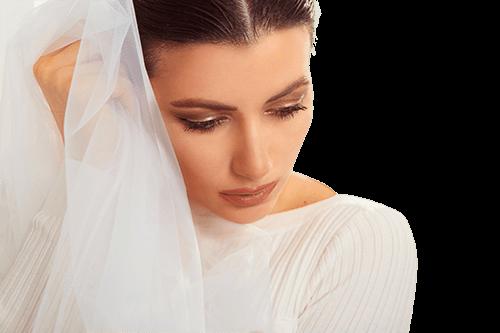 Sentimental mujer con velo blanco