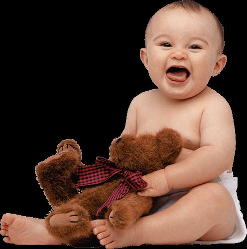 Bebé con oso sonriendo