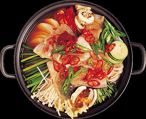 Olla negra con vegetales y alimento