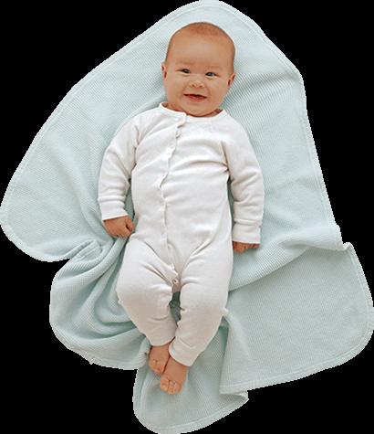 bebé acostado en una manta