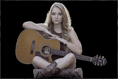 Mujer sentada con guitarra y botas